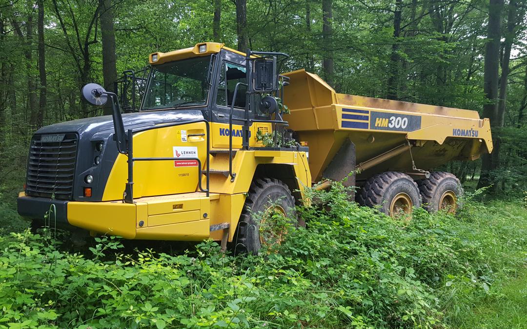 Das Verbrechen endete im Wald: der Komatsu Dumper an seinem Fundort in einem Wald